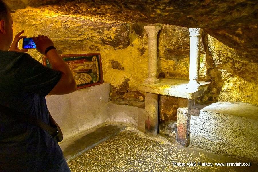 Старый город Иерусалим.  Улица Виа Долороза.  Место Рождества Богородицы. Руины Византийской церкви. Здесь был дом родителей Богородицы Анны и Иокима. Экскурсия по Иерусалиму с частным гидом.