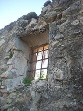 Photo: Detall d'una finestra de la Casa del Duc a Colata.
