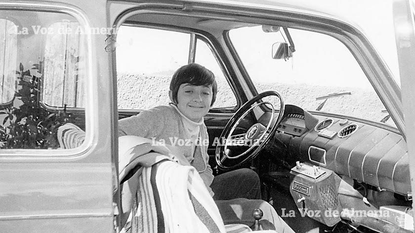 Vidal Ramos, hoy dueño de un bar frente al Hospital, en el coche de su padre cuando era costumbre escuchar música dentro de los vehículos.