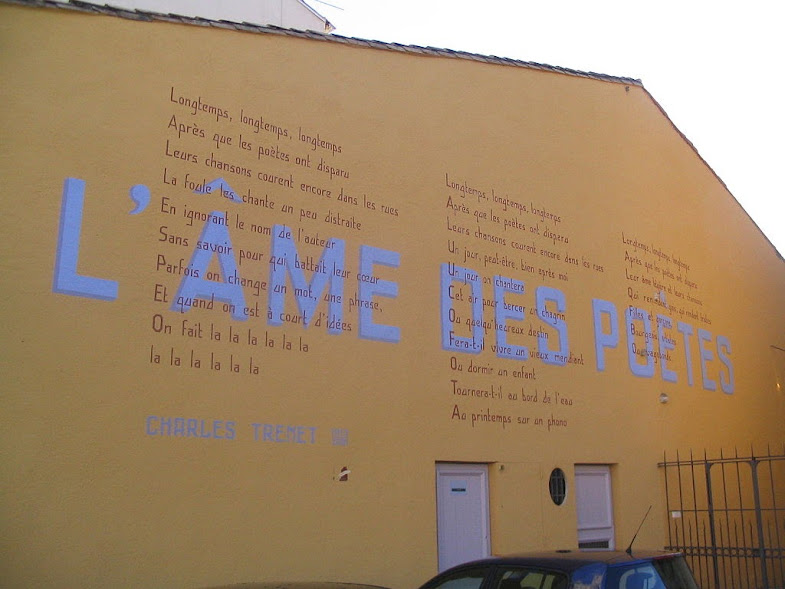 The lyrics to L'âme des poètes on a Narbonne wall.