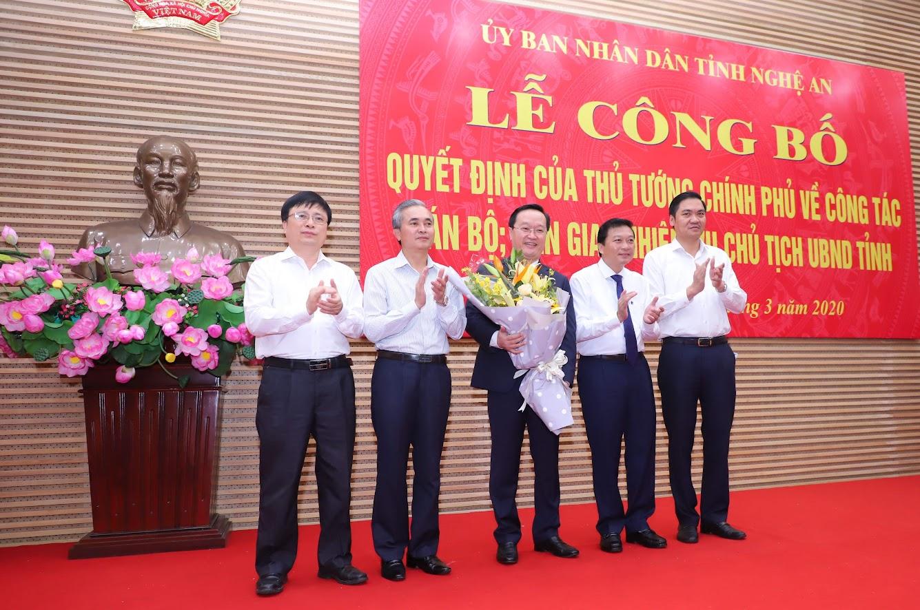 Các phó Chủ tịch UBND tỉnh Nghệ An tặng hoa chúc mừng.