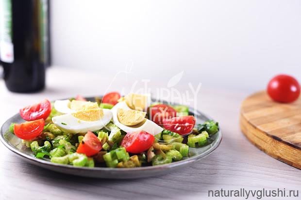 Салат с сельдереем, яйцом и помидорами | Блог Naturally в глуши