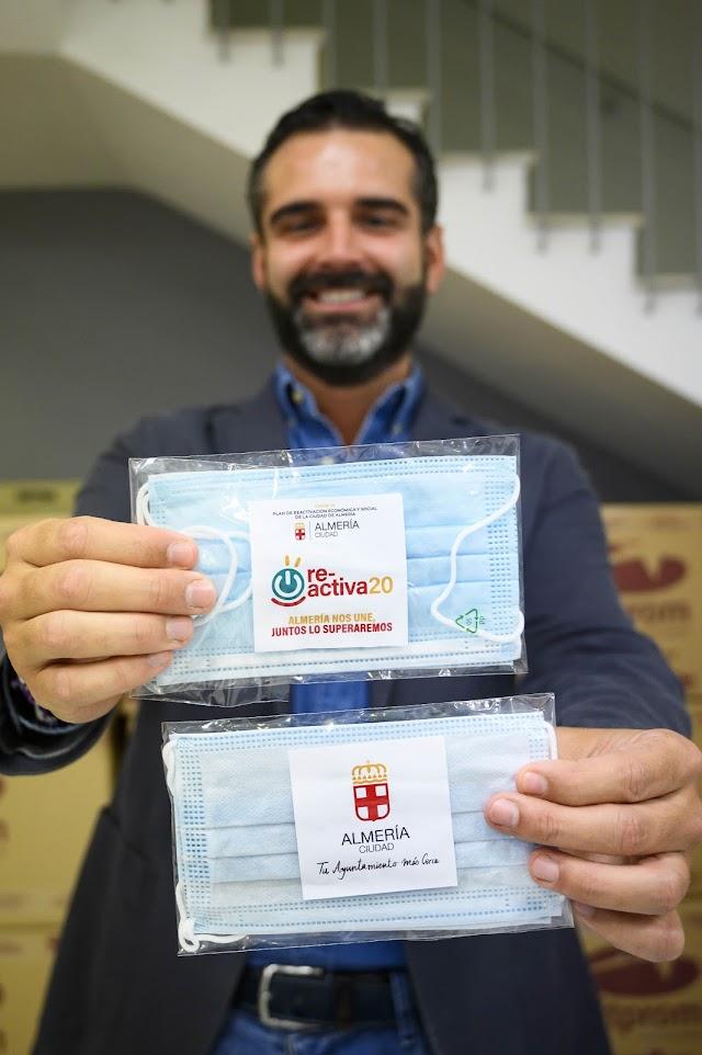 Ramón Fernández-Pacheco posa con las mascarillas que se repartirán a partir de mañana.