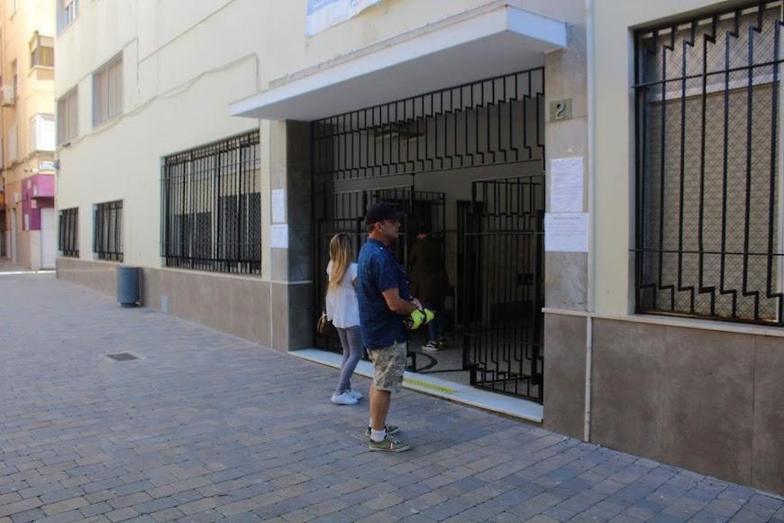 Padres esperando su turno en el Colegio Nuestra Señora del Milagro.