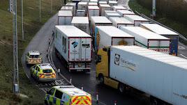 Miles de camiones siguen atrapados en Reino Unido.
