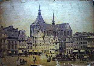 Photo: Neuer Markt in Rostock mit Brunnen historische Stadtansicht  Familienforschung in Norddeutschland   http://jennus.beepworld.de/ahnenforschung.htm