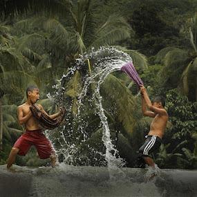 splash with sarong by Ramadhan Bagaskara Arya Parmuka - Babies & Children Children Candids ( sarong )