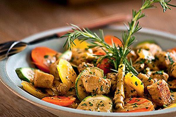 Frango com Curry, Açafrão, Leite de Coco e Legumes