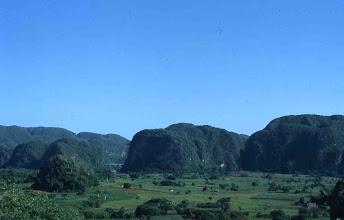 Photo: Valle de Viñales con mogotes calizos (Cuba)
