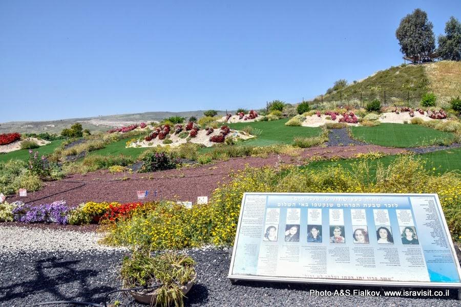 """Мемориал """"Холм сорванных цветов"""" в Наараим у """"Острова мира"""" в память о семи девочках - жертвах теракта. Экскурсии в Израиле."""