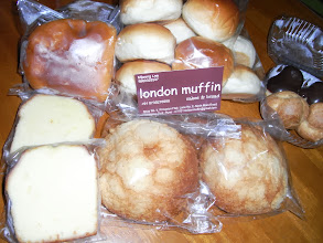 Photo: Cream Buns (approx. 60INR each),Melon-pan (a bread covered with cookie crust, approx. same INR), An-pan (bean jam filled bread, approx. same INR), smooth Cream Puffs (choux a la creme, approx. 120INR a pack of four).. London Muffin (http://www.zomato.com/pune/london-muffin-koregaon-park) in Koregaon Park brings me a heaven. Run by Korean people, so they close on Sundays. 16th September updated (日本語はこちら♪) -http://jp.asksiddhi.in/daily_detail.php?id=303