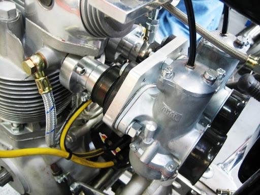 Pipe d'admission sur mesure pour deux carburateurs Amal concentrique 930, réalisée chez Machines et Moteurs.