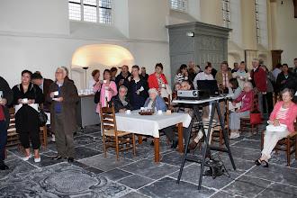 Photo: Kijken naar een beamer-presentatie van de uitgevoerde werkzaamheden