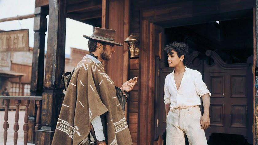 Clint Eastwood y Antonio Ruiz Escaño en un fotograma de \'La muerte tenía un precio\'.