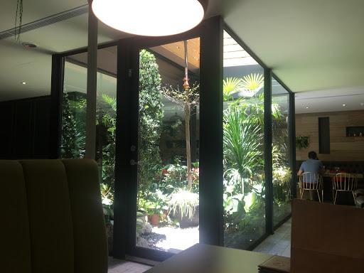 環境很舒服,場地也很寬敞。食物就還可以。三五好友聊天好地方。