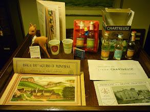 Photo: Dans le cabinet du collectionneur...  Divers objets anciens relatifs à la Chartreuse de Tarragone et autant de pièces de collections : livrets promotionnels, divers mignonnettes, boites d'allumettes, etc.