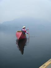 Photo: Una canoa rossa galleggia in mezzo al blu - Foto Aldo Varotto