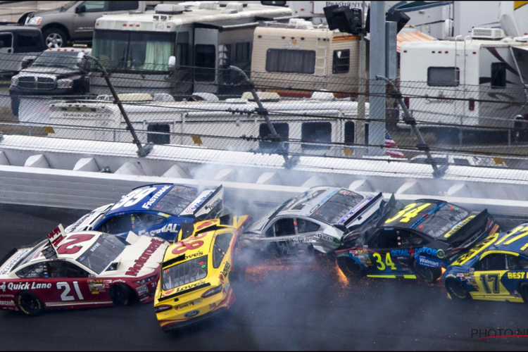 NASCAR-piloten tonen steun aan Bubba Wallace nadat racisten toeslaan