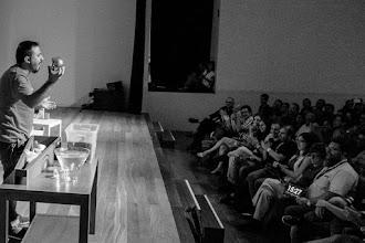 Photo: Antonio aprovecha el momento para revelar a la sorprendida audiencia cómo se gana la vida adivinando el futuro por las esquinas con su bola mágica.