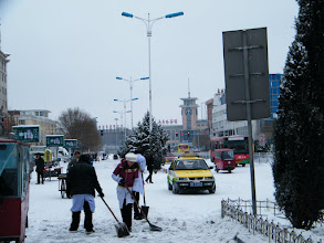 Photo: 2nd snow&heaviest in winter 2010 in Qiqihar, road cleaning near Qiqihar railway station. 齐齐哈尔2010冬季的第二场雪:火车站附近路况。