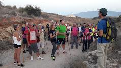 Grupo de senderistas atienden a las explicaciones del guía.