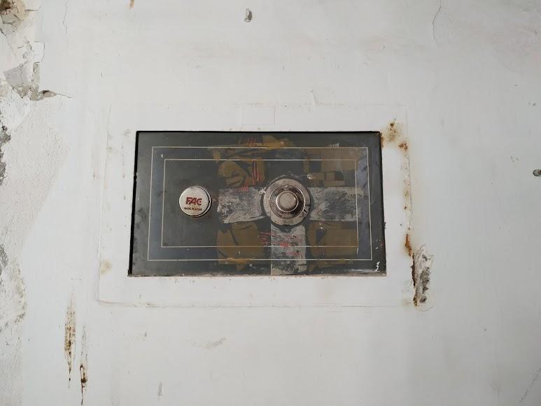 Caja fuerte ubicada junto a la entrada del edificio