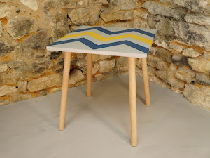 Table d'appoint en béton ciré de couleurs plume, canard et moutarde avec motif aztèques et au pied style scandinave en bois