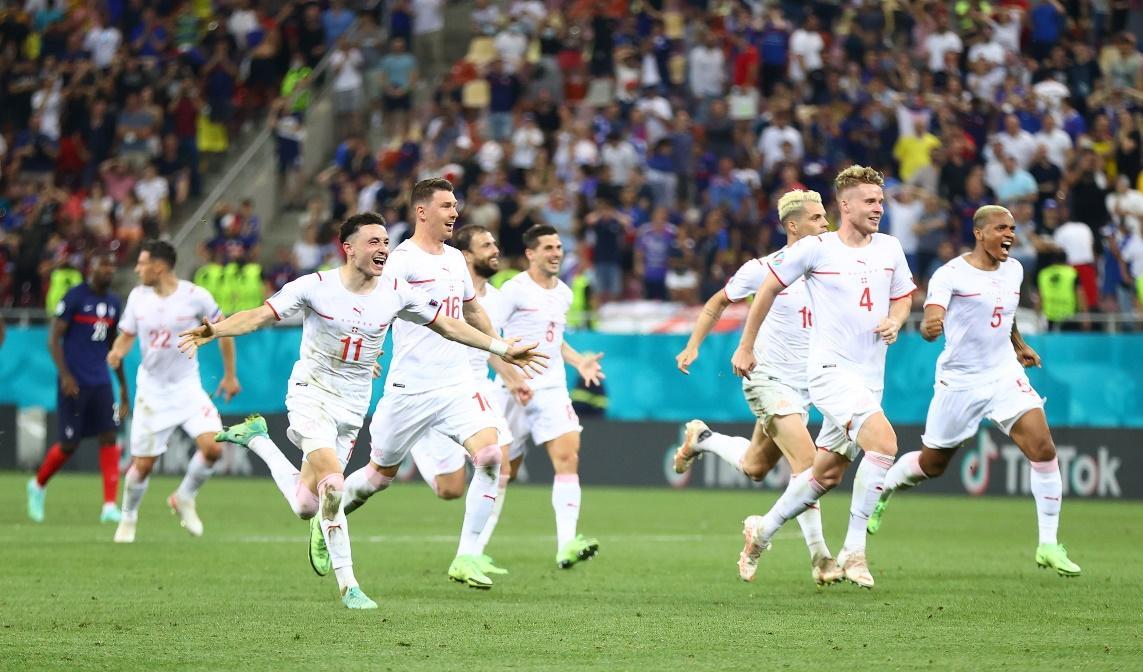 Thụy Sĩ vượt quá Pháp sau loạt penalty