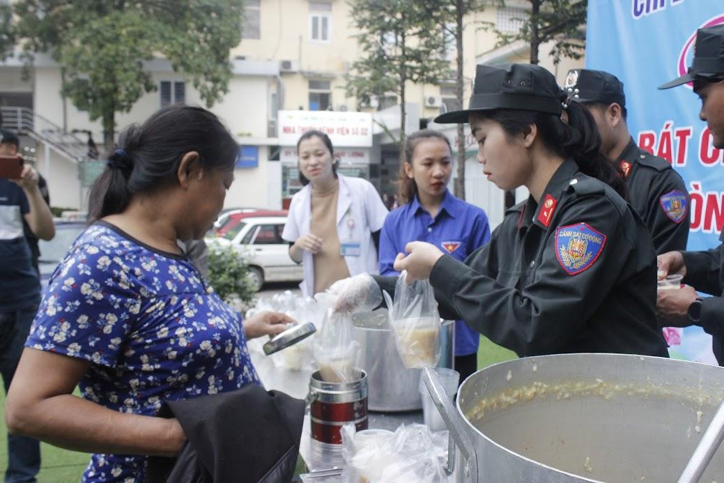 Những bát cháo nóng hổi, thơm phức và đầy đủ chất dinh dưỡng, đảm bảo vệ sinh an toàn thực phẩm được trao đến tận tay cho các bệnh nhân