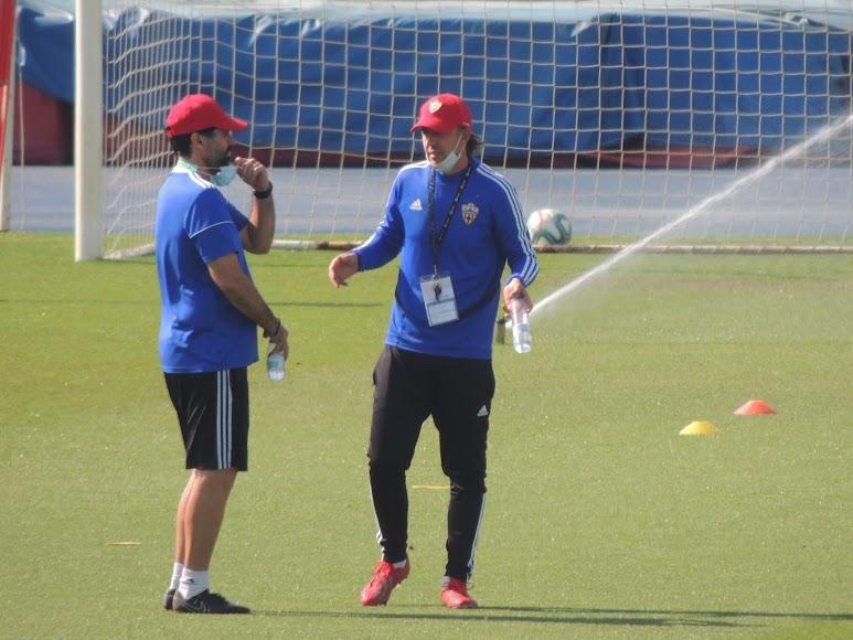 Guti habla con Jesús Muñoz.