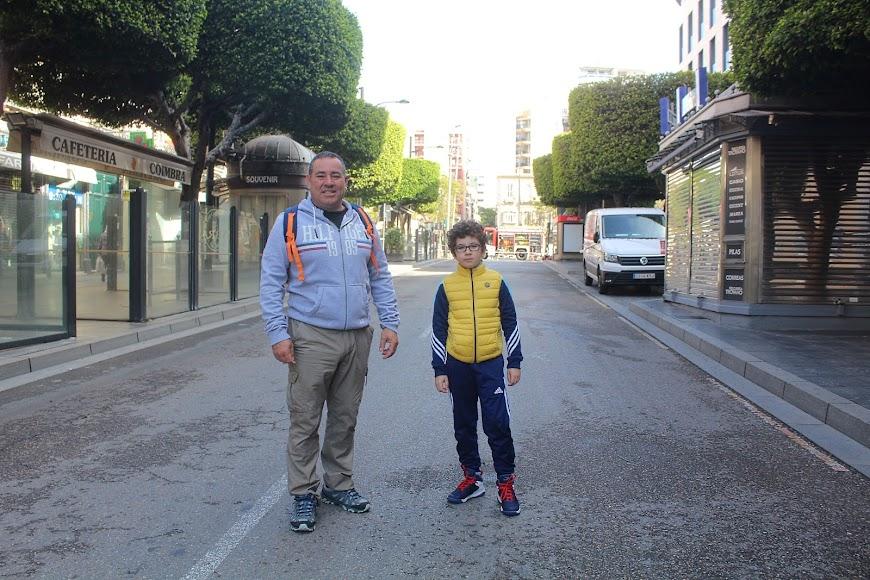 Con muchas ganas de pasear y junto a su padre.