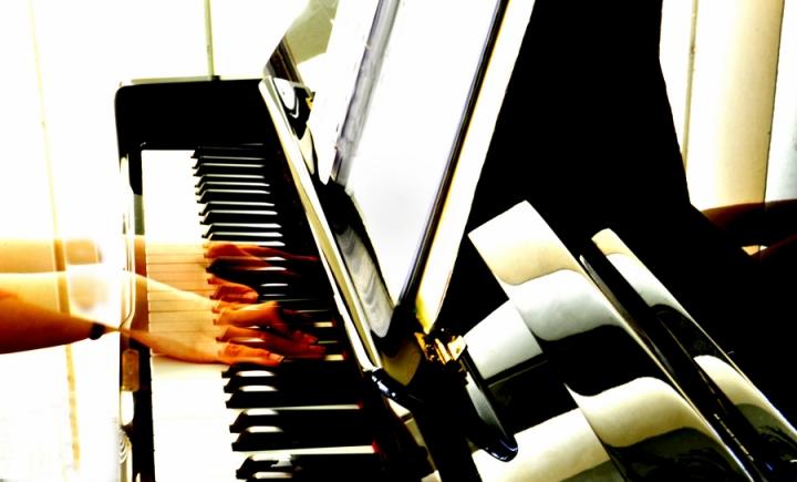 La pianista fantasma..55.85.. di AlfredoNegroni