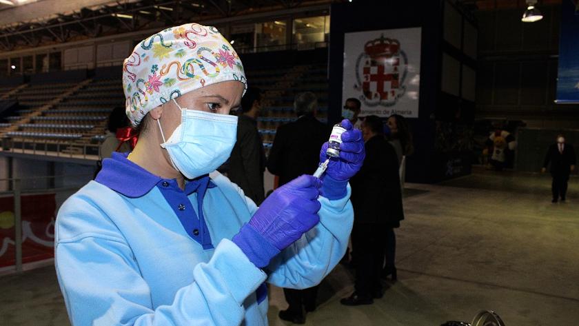 Personal sanitario durante la vacunación masiva en el Palacio de los Juegos Mediterráneos de la capital.