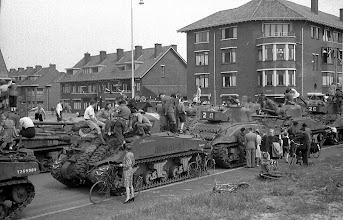 Photo: 0006.Bevrijdingsparade op de Laan van Meerdervoort, tanks opgesteld op de Thorbeckelaan hoek Tomatenstraat. 21  mei 1945.  http://www.loki-travels.eu/