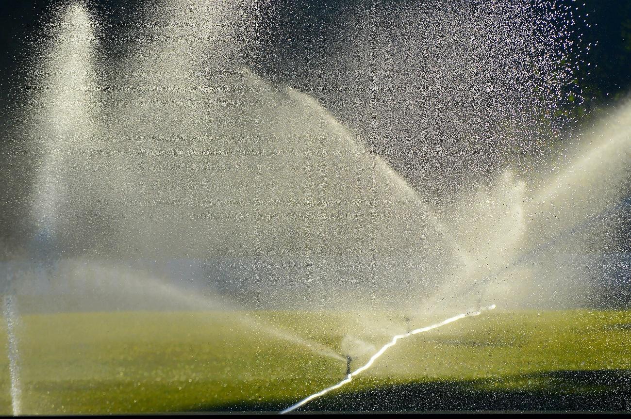 Fonte de água ao lado de cachoeira  Descrição gerada automaticamente com confiança média