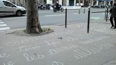 """Photo: """"La Croix rouge et le Croissant rouge demandent à tous les Etats que les armes nucléaires ne soient jamais utilisées"""", un message simple pour les personnels du Ministère de la défense. Sur le trottoir, devant la porte..."""