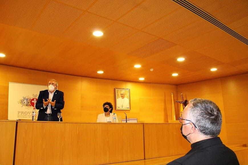 El obispo Antonio Gómez Cantero atento a la conferencia de Antonio Bonilla.