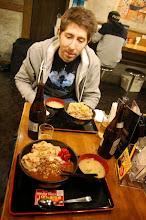 Photo: premier repas à tokyo, des fines tranches de boeuf, des oignons frits, un oeuf cru, du riz, petit bouillon et une biére