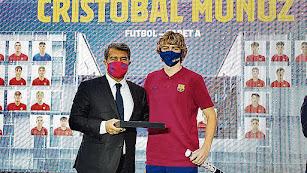 Cristo Muñoz con Joan Laporta tras firmar un nuevo contrato.