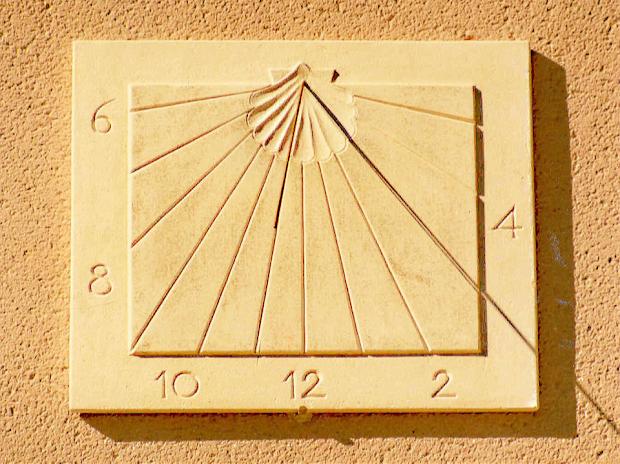 cadran-solaire-en-pierre-vertical-declinant-trace-pour-le-lieu-exact-avec-coquille-saint-jacques-50-x-60-cm