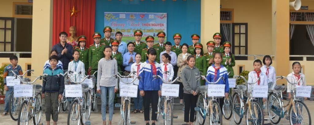 Trao 16 xe đạp cho các em học sinh