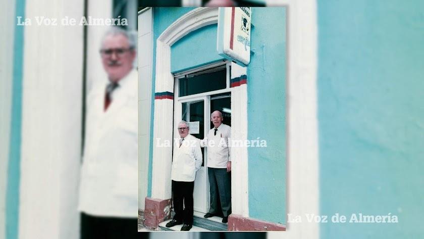 El maestro Ginés Gutiérrez con su compañero Pedro Navarro Sánchez, en la puerta de la peluquería Avenida, en el Paseo de Almería.