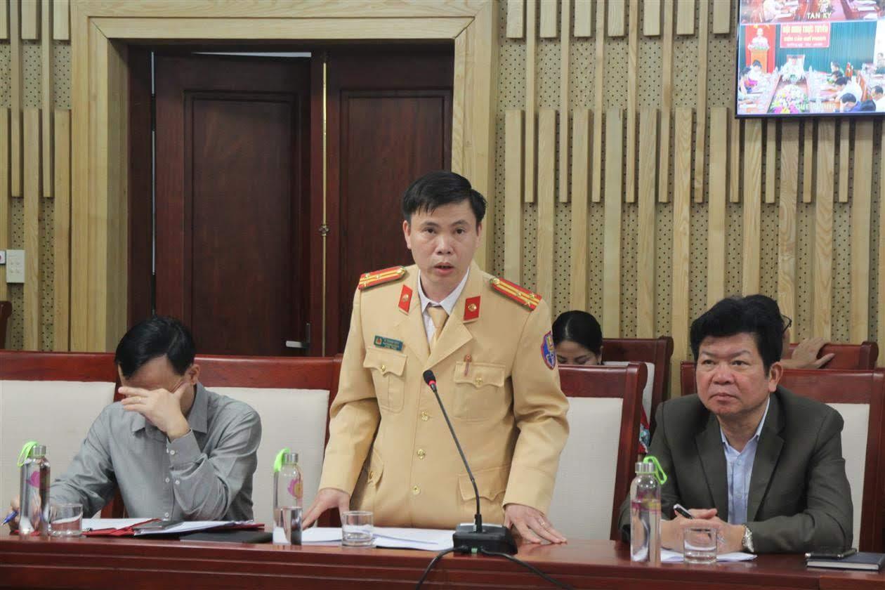Đại diện Phòng CSGT Công an tỉnh trình bày tham luận tại hội nghị