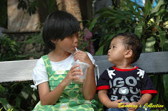 Photo: Menatap sang Kakak untuk meminta minum