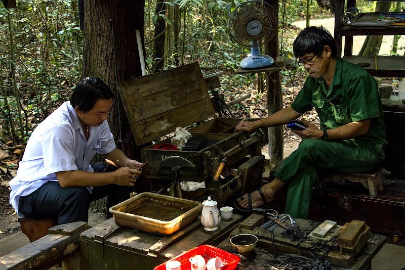 Vietcong contemporanei a Cu Chi, con lo smartphone di stefano_angeli