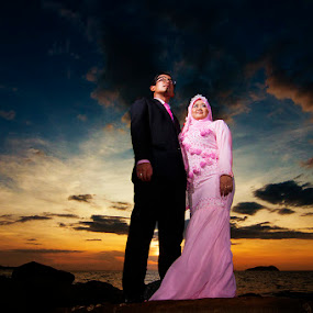 Falling in love with the sunset by Mohd daniel ramadhan Abdullah - Wedding Bride & Groom