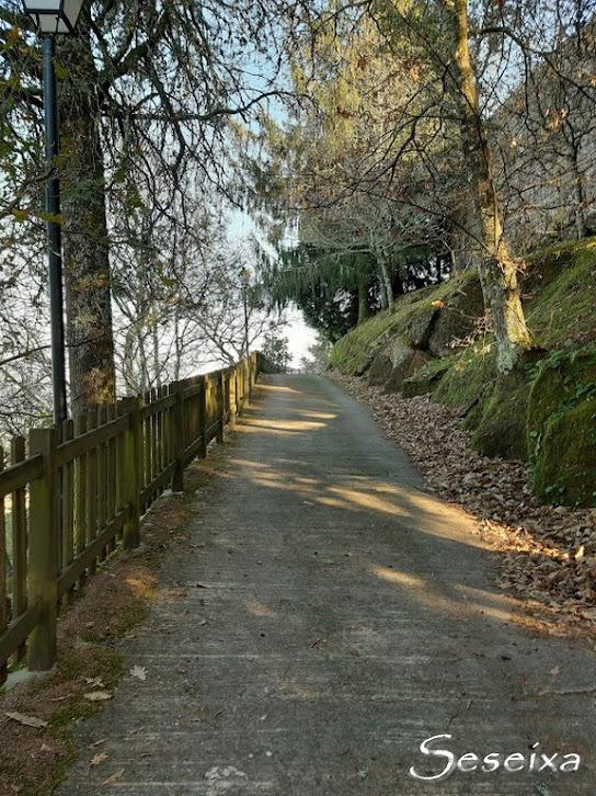 Subida hacia el castillo de Sobroso