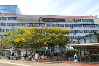 Photo: Die Städtische Bücherei Meidling befindet sich in Arcade Meidling, welche 2004 eröffnet wurde. Das Haus verfügt über eine Betonkerntemperierung. Dabei liegen wasserführende Rohre in den massiven Betonteilen.  Das Wasser speichert Kühle und strahlt sie wieder ab, ähnlich wie schwere Mauern in historischen Gebäuden.  Dadurch verringern sich die Kosten der Klimatisierung.