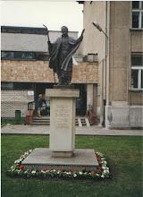 Photo: Pomnik przy Sanktuarium św. Andrzeja Boboli w Warszawie na Mokotowie, ul. Rakowiecka. fot. jg, 16 maja 2002 r.