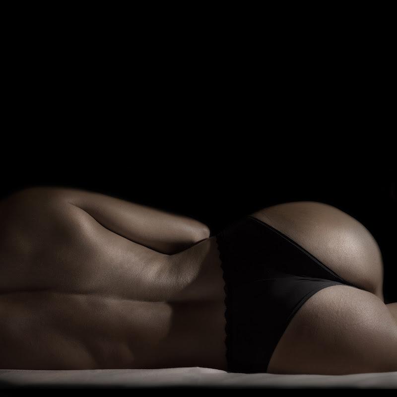 Intro the dark....her elegant curves di AntoMarPh